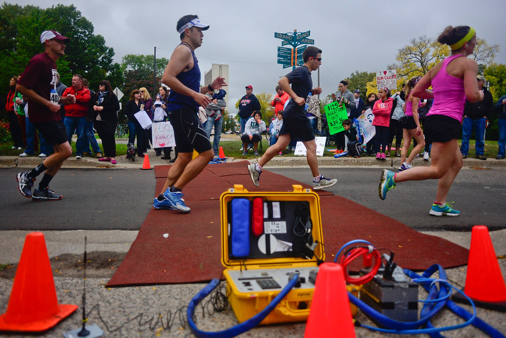 . Runners pass by a timing device at Mile 19 just before crossing the Franklin Avenue Bridge. (Pioneer Press: Simon Guerra)